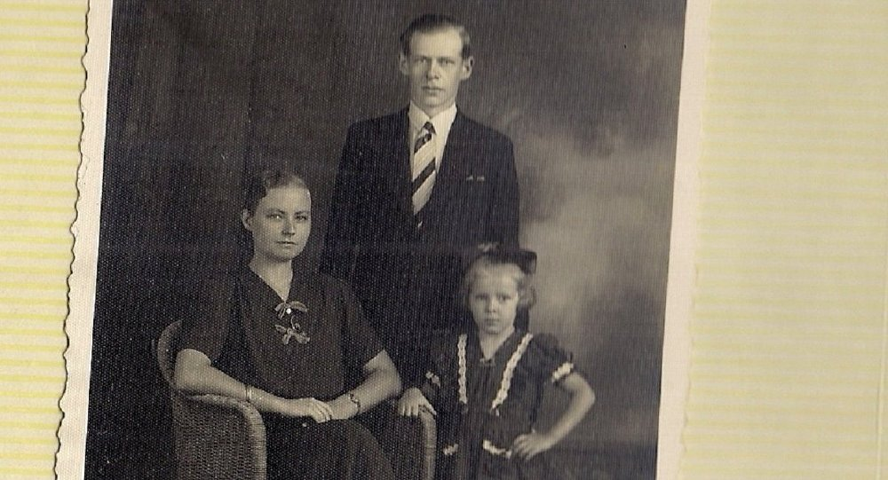A menina Waltrudes com seus pais Ernst e Ruth Hardt