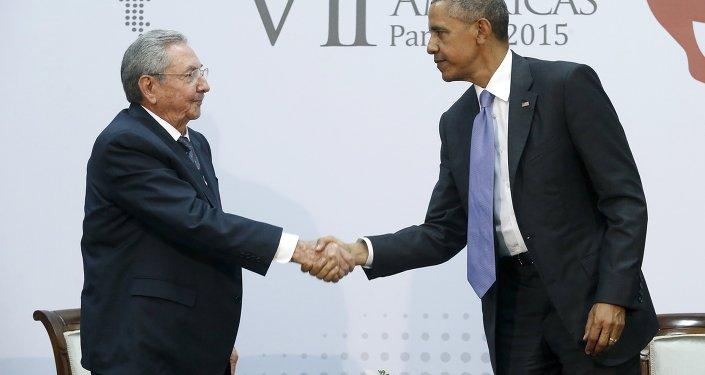Barack Obama, presidente dos Estados Unidos, cumprimenta Raul Castro, presidente de Cuba