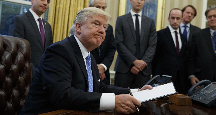 Presidente Donald Trump assina as suas três primeiras ordens executivas na Casa Branca, em Washington, 23 de janeiro 2017