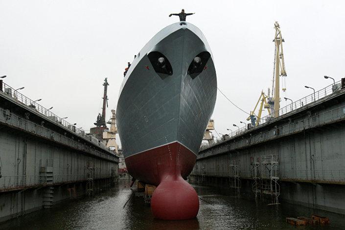 Fragata russa Admiral Gorshkov durante a cerimônia de lançamento em São Petersburgo