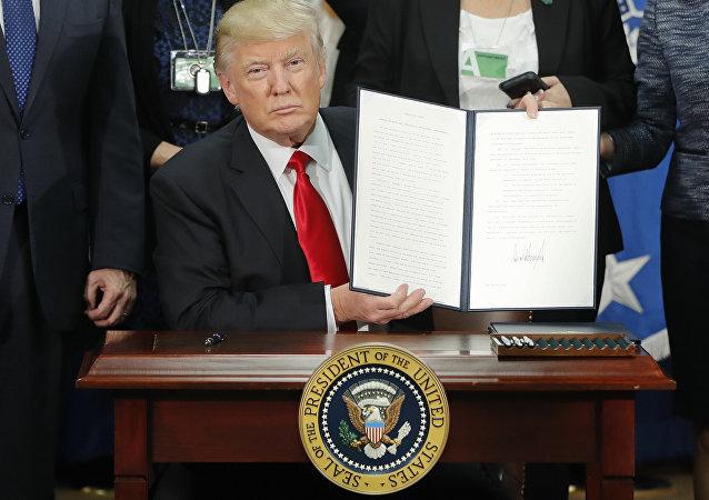 Donald assina ordem para construção de muro com México