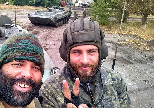 Raul Athaide (à esquerda) junto com Rafael Marques Lusvarghi (à direita) nas fileiras das milícias independentistas no leste da Ucrânia