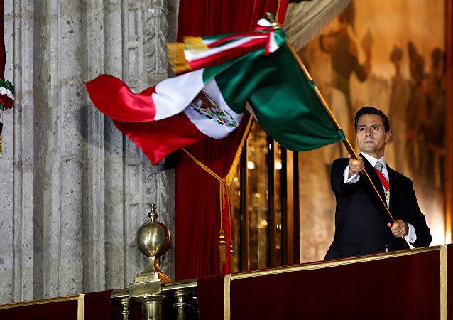 Enrique Peña Nieto, presidente do México, com a bandeira do país durante a festa de Independência