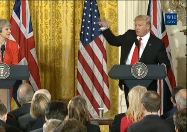 Conferência de imprensa conjunta com Theresa May e Donald Trump