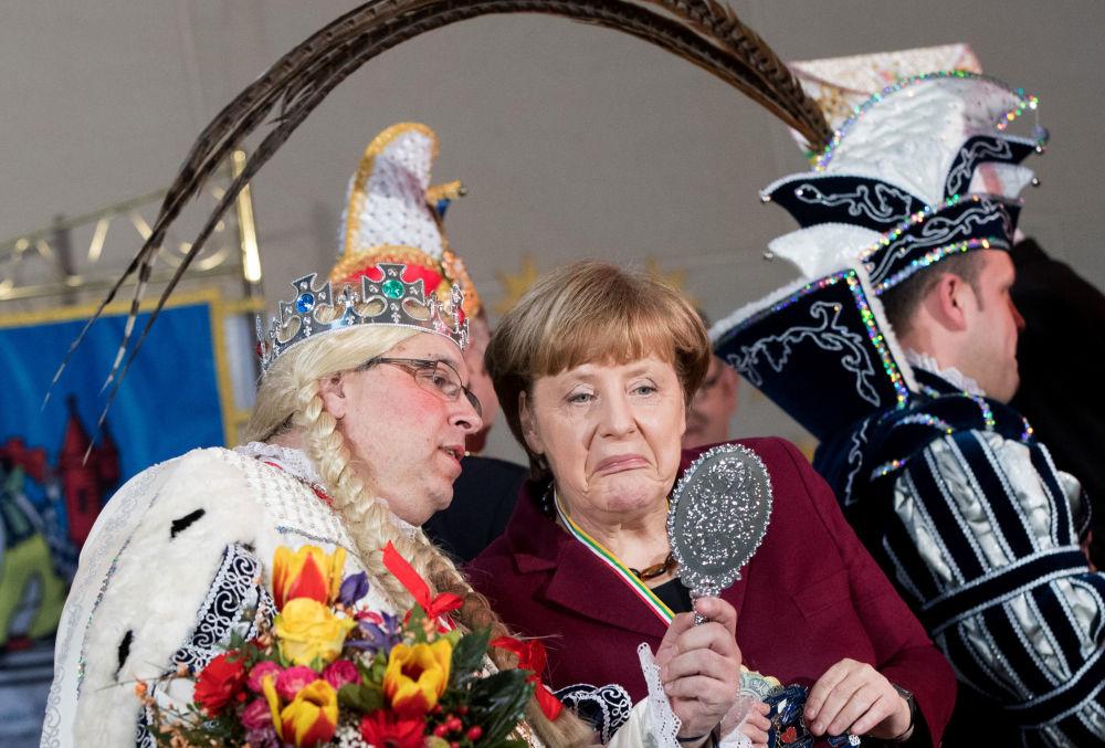 Chanceler alemã, Angela Merkel, participa do carnaval tradicional em Hamburgo.