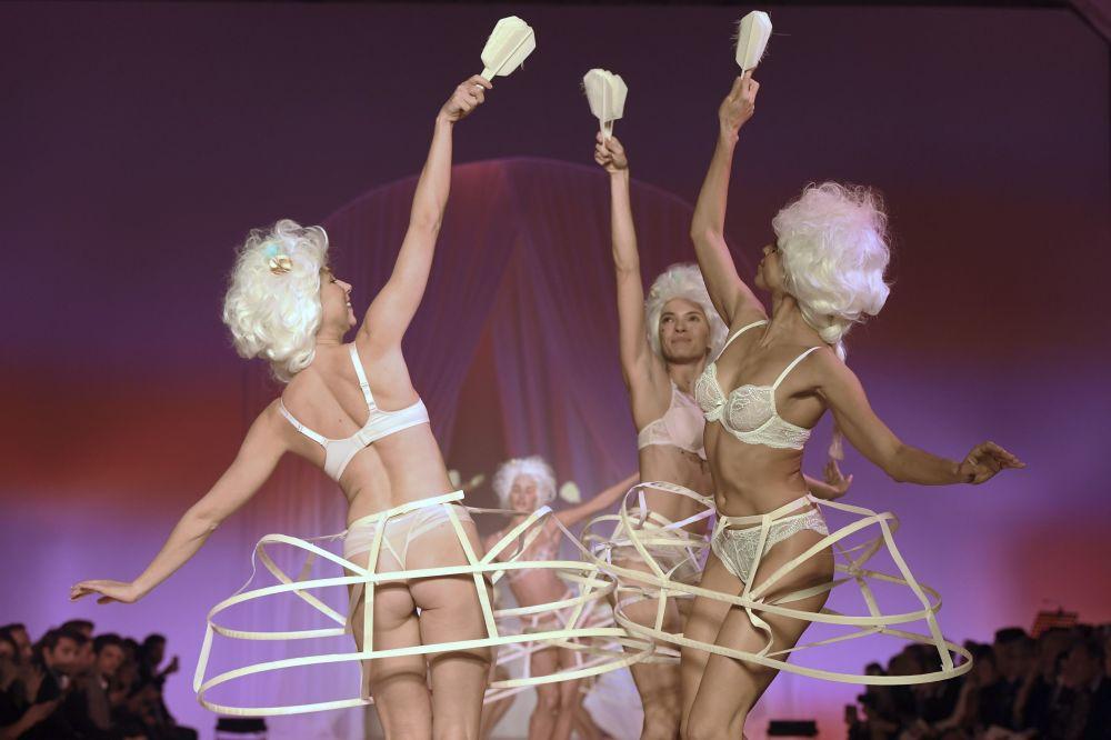 Modelos durante a apresentação de lingerie francesa em Paris.