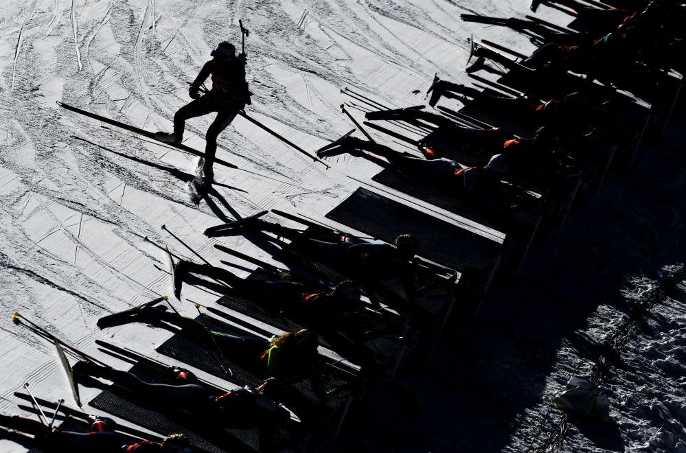Atletas na linha de fogo durante a competição feminina da Copa de Biatlo, na Itália.