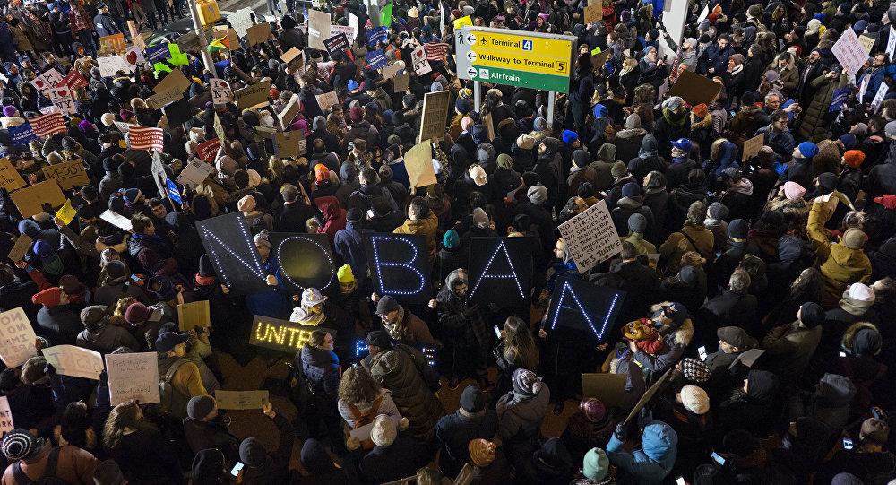 Protesto contra decreto de Trump no aeroporto JFK, em Nova York