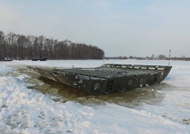 Travessia por material pesado russo do rio Oka