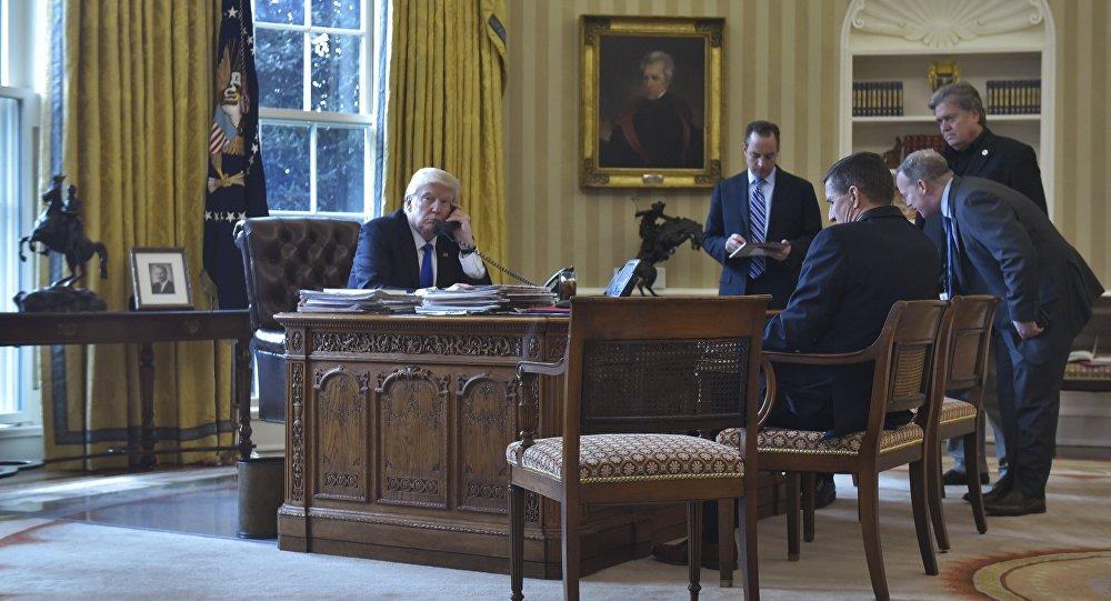Presidente dos EUA, Donald Trump, conversa por telefone com o presidente da Rússia, Vladimir Putin, na Sala Oval da Casa Branca, em 28 de janeiro de 2017