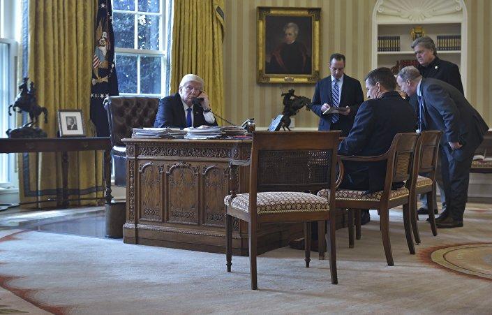 Presidente dos EUA, Donald Trump, conversa por telefone com o presidente da Rússia, Vladimir Putin, na Sala Oval da Casa Branca, em 28 de janeiro de 2017, Washington, EUA
