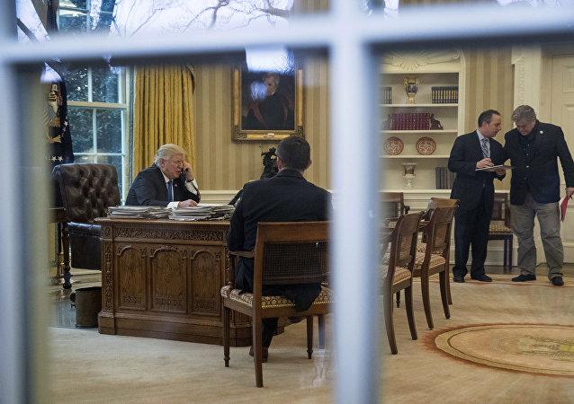 Presidente dos EUA, Donald Trump, conversa por telefone com a primeira-ministra da Alemanha, Angela Merkel, na Sala Oval da Casa Branca