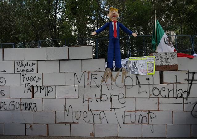 Um muro de Trump de cartolina foi montado na Cidade do México para protestar contra o presidente norte-americano
