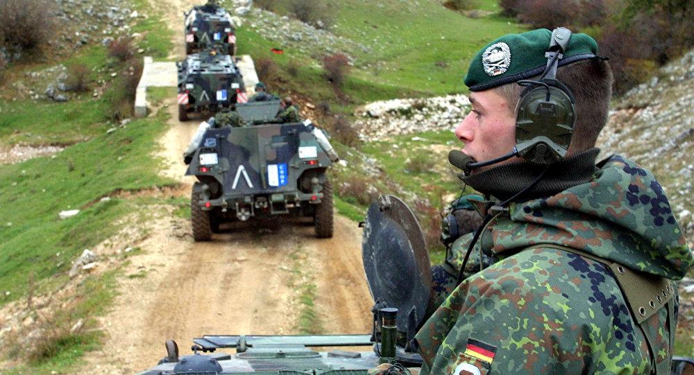 Soldados alemães operando na Bósnia como parte da missão da OTAN, 2001