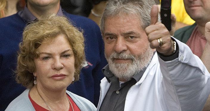 Dona Marisa Letícia e Lula da Silva são fotografados em uma estação de voto em São Bernardo do Campo durante as municipais de 5 de outubro de 2008