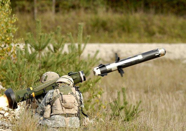 Soldados lançam míssil Javelin