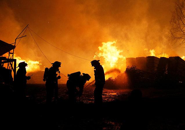 Bombeiros apagam incêndios florestais no Chile