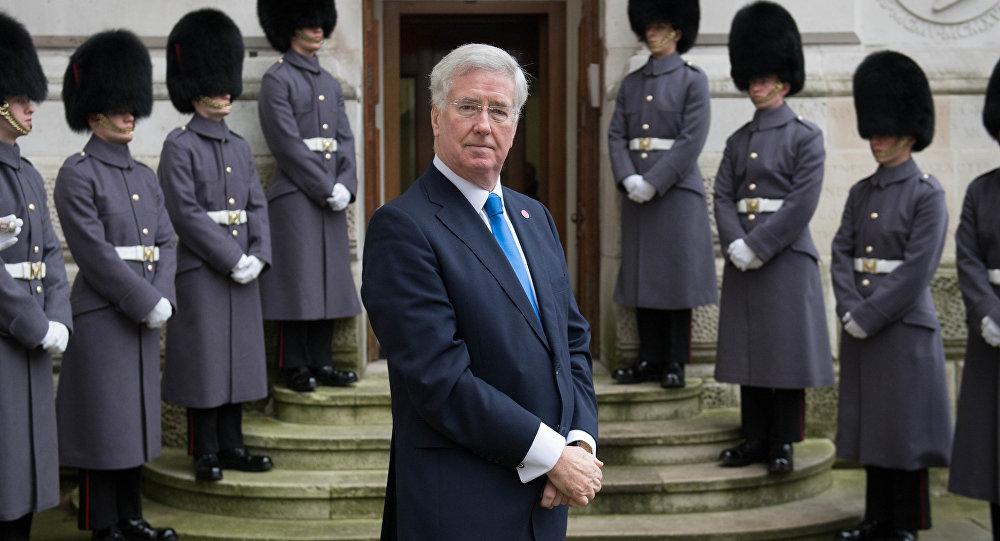 Secretário da Defesa da Grã-Bretanha, Michael Fallon, espera fora do Ministério das Relações Exteriores antes de uma cúpula com as principais nações da coalizão contra o Estado Islâmico, 15 de dezembro de 2016, em Londres.