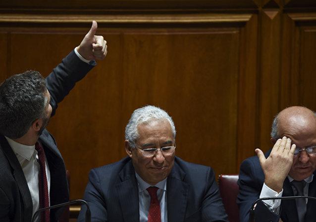 Secretário de Estado dos Assuntos Parlamentares, Pedro Nuno dos Santos, junto ao primeiro-ministro português António Costa e ao ministro dos Negócios Estrangeiros, Augusto Santos Silva, durante uma sessão parlamentar para votar a proposta de orçamento do governo para 2017 no parlamento português em Lisboa, em 29 de novembro de 2016