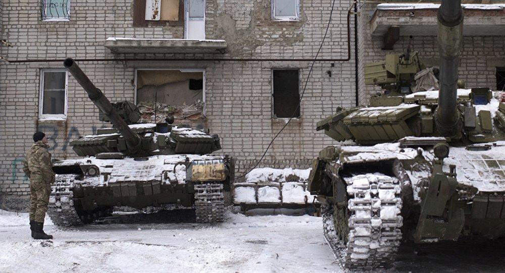 Soldado ucraniano próximo de tanques em um prédio de Avdiivka, leste da Ucrânia, quinta-feira, 2 de fevereiro de 2017