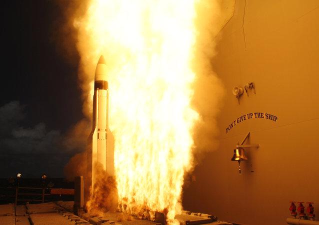 Míssil SM-3 lançado a partir do cruzador americano USS Lake Erie