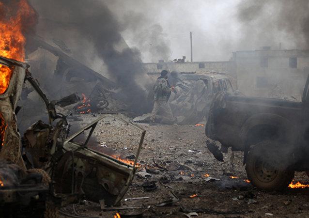 Veículos destruídos na sequência de explosão perto de Al-Bab, na Síria