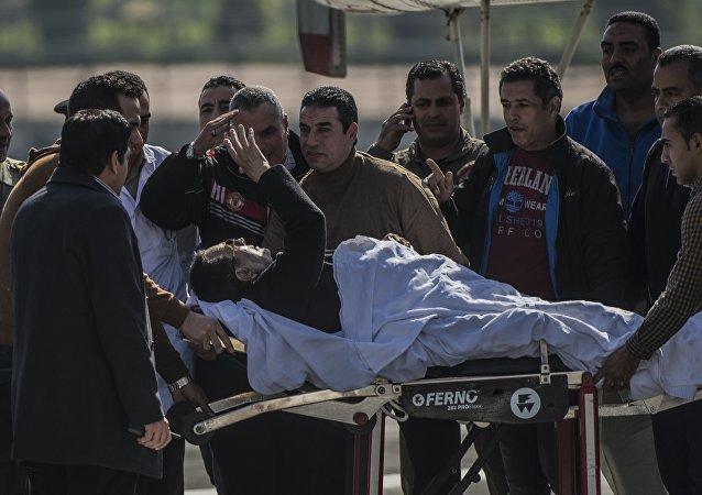 Hosni Mubarak é transportado para uma ambulância no Cairo em npvembro de 2014
