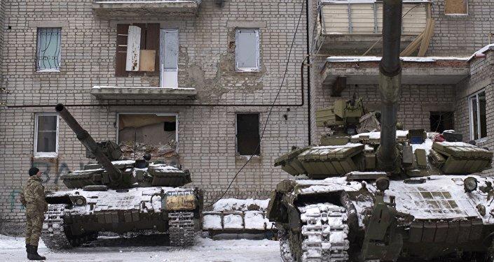 Militares ucranianos perto dos tanques na cidade de Avdeevka, no Leste do país, 2 de fevereiro de 2017