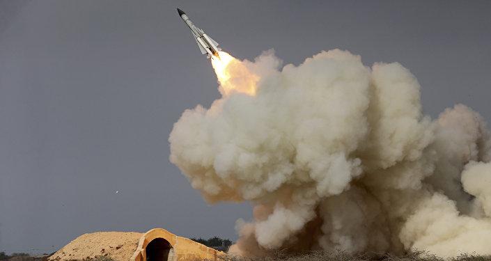 Sistema de defesa antiaérea S-200 lança míssil contra alvo aéreo (imagem referencial)