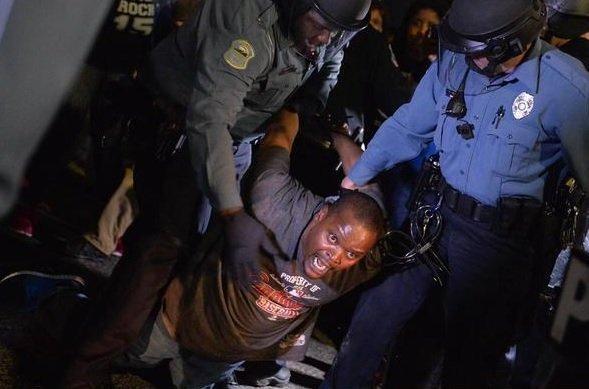 Homem detido durante protesto em Ferguson, no Missouri, onde um jovem negro de 18 anos foi morto por policiais em agosto de 2014. Provas mostravam que o rapaz estava desarmado, mas os acusados foram inocentados pela justiça causando uma onda de indignação nacional.