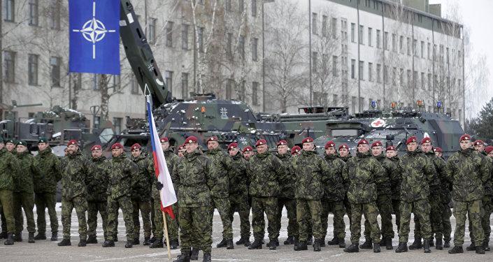 Soldados holandeses durante cerimônia de boas-vindas ao batalhão alemão a ser deslocado para a Lituânia como parte das medidas de contenção da Rússia, 7 de fevereiro de 2017