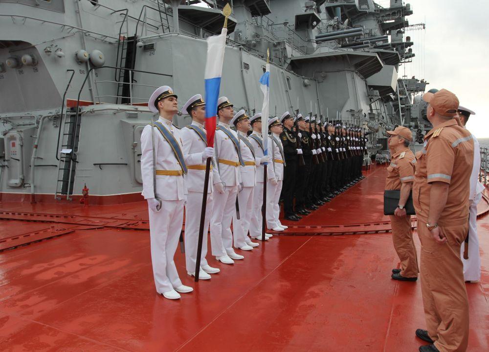 Militares a bordo do cruzador nuclear pesado Pyotr Veliky no Atlântico