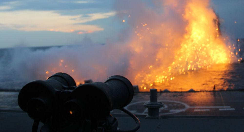 Binóculos na coberta do porta-aviões Admiral Kuznetsov no Mediterrâneo