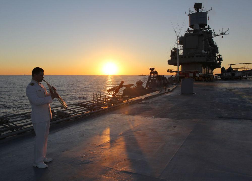 Um militar russo na coberta do porta-aviões Admiral kuznetsov no Mediterrâneo