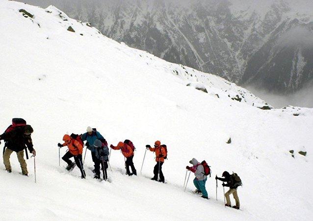Alpinistas nas montanhas (foto de arquivo)