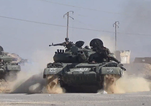 Combate do exército sírio com militantes do Daesh no deserto perto da cidade de Homs