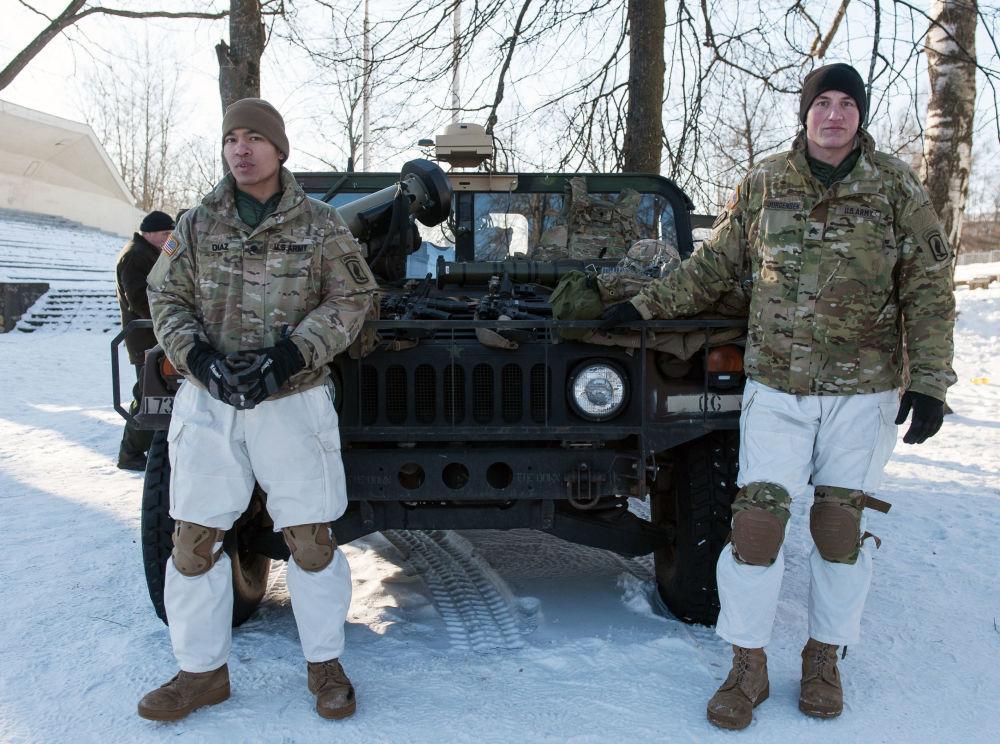 Militares junto a um carro blindado Hummer das Forças Armadas dos EUA durante a demonstração de material militar e armamento da OTAN na Letônia