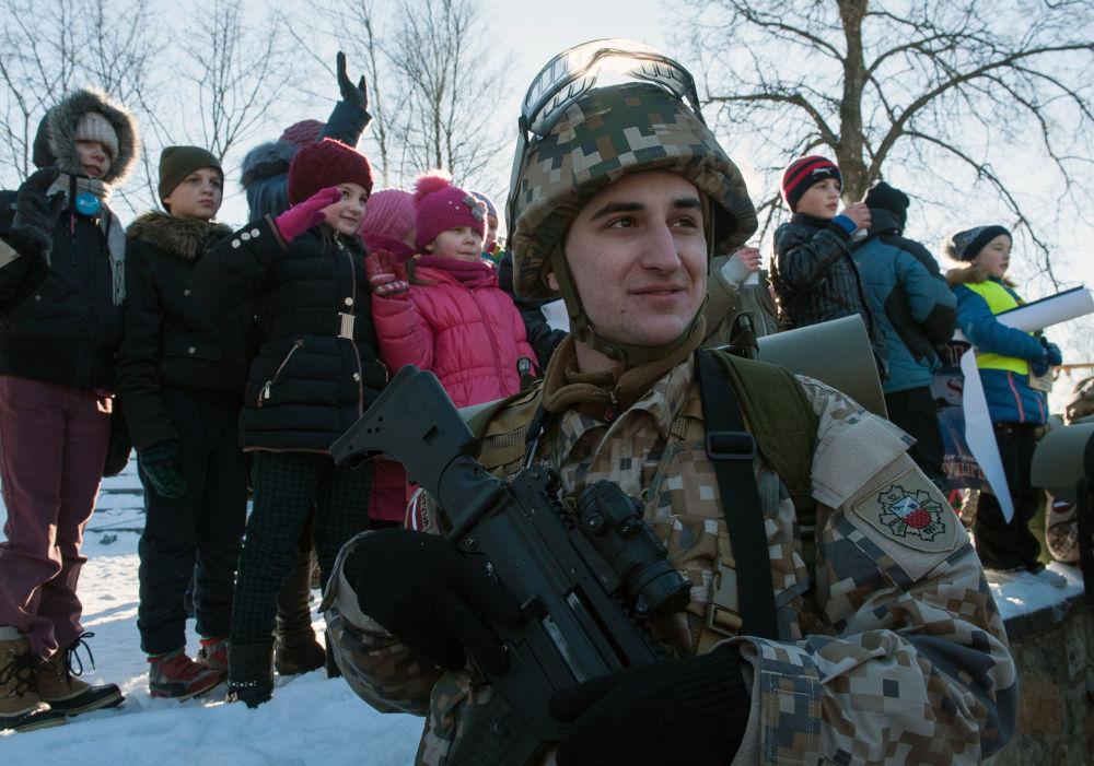 Militar letão durante a demonstração de material militar e armamento da OTAN na Letônia