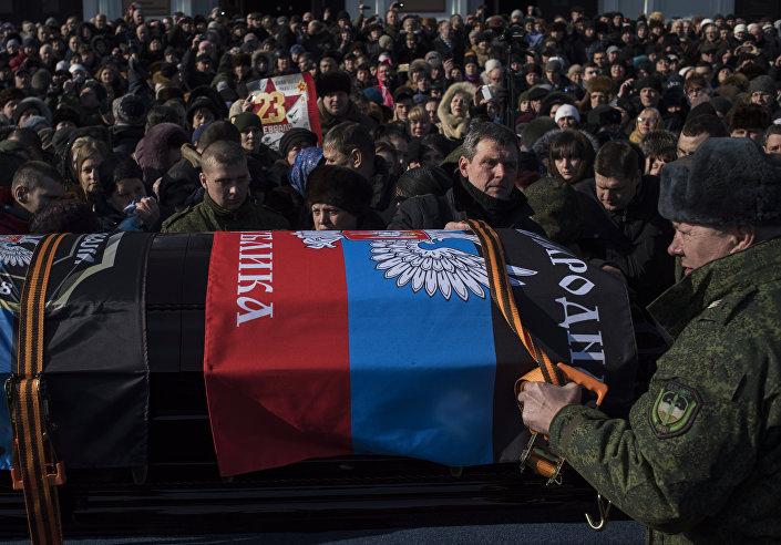 Multidão de pessoas na cerimonia fúnebre de Givi, Donetsk