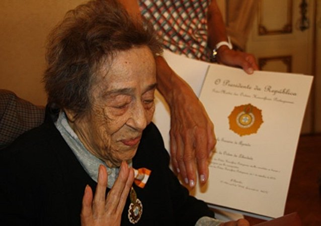 Manuela de Azevedo feita comendadora da Ordem da Liberdade pelo presidente português Aníbal Cavaco Silva. Lisboa, 1 de setembro de 2015