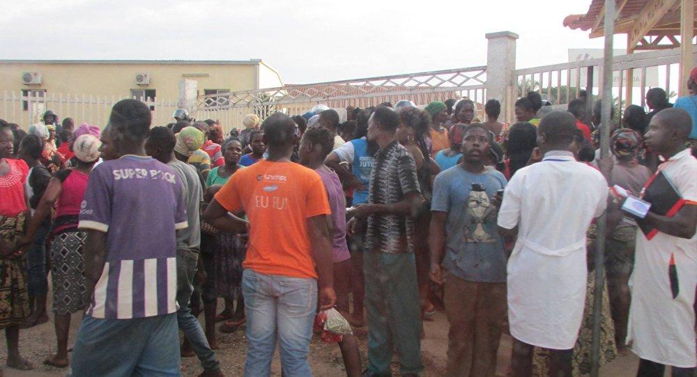 Torcedores concentrados em frente ao Estádio Municipal 4 de Janeiro, em Uíge, Angola