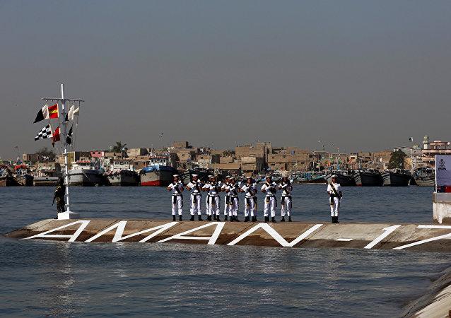 Marinha do Paquistão durante cerimônia de hasteamento de bandeiras no âmbito dos Exercícios Marítimos Internacionais Aman 2017