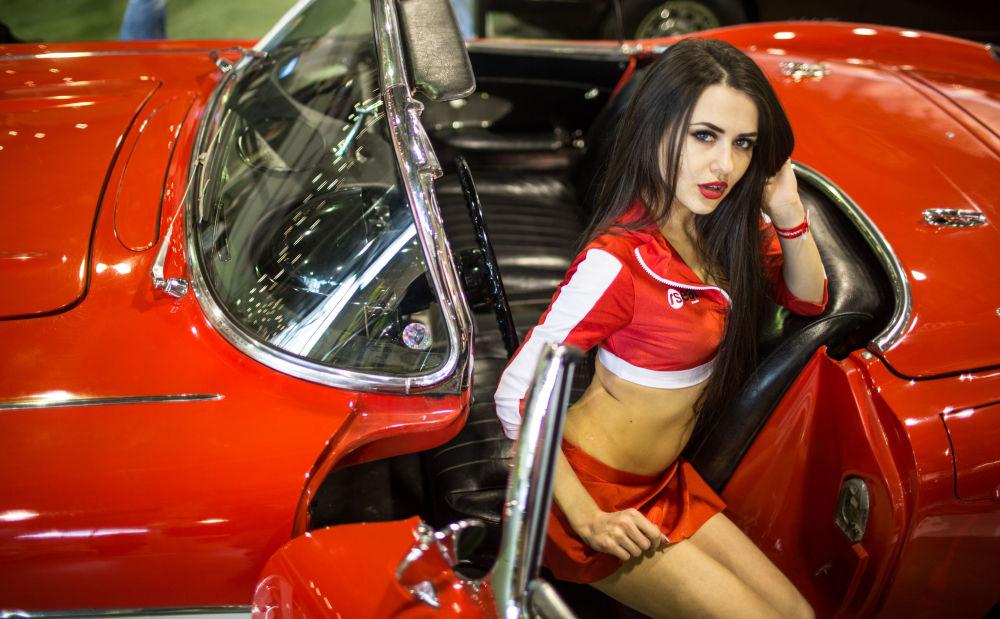Modelo na exposição de motos Motorsport Expo em Moscou, no centro Sokolniki.