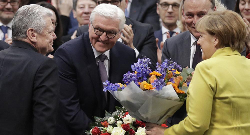 O recém-eleito presidente alemão Frank-Walter Steinmeier, segundo da esquerda, é felicitado pelo presidente alemão Joachim Gauck, à esquerda, e pela chanceler alemã, Angela Merkel. Fevereiro, 12, 2017.