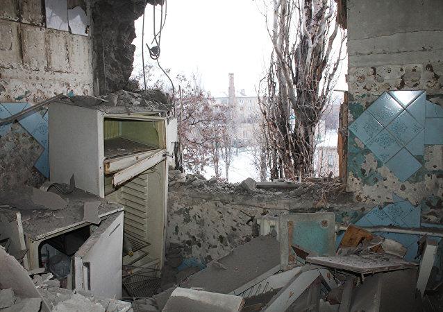 Apartamento destruído após ataque das forças ucranianas em Donetsk