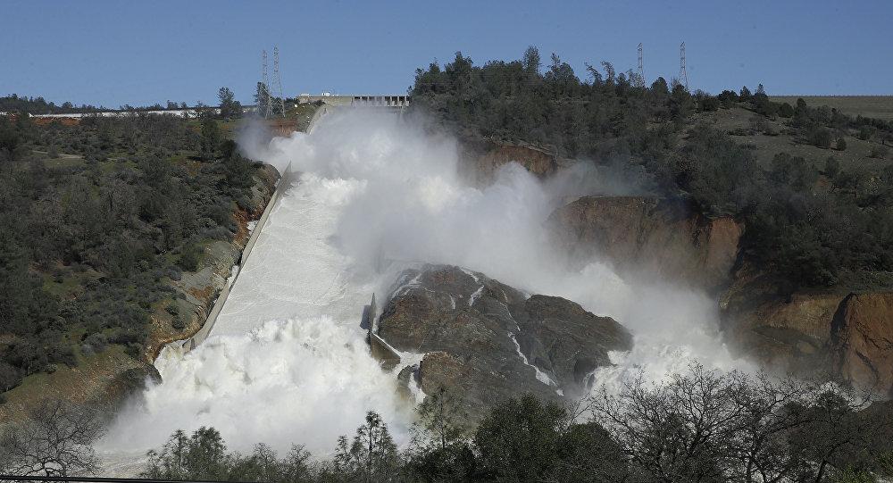 Água desce pelo vertedouro principal do dique de Oroville, perto da cidade de Oroville, Califórnia, 11 de fevereiro de 2017