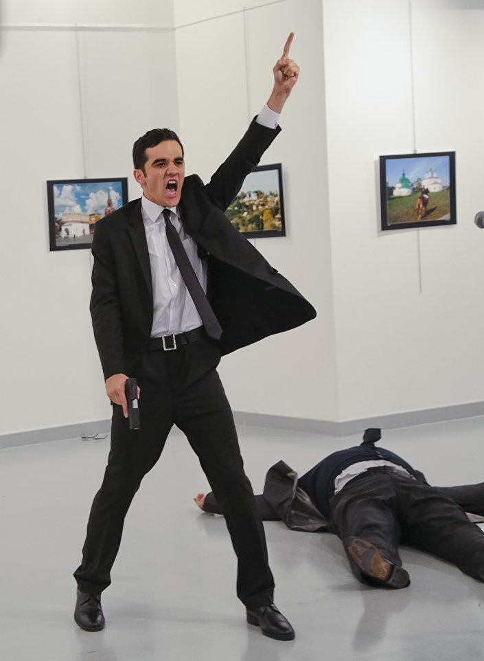 Mevlut Mert Altintas grita ao assassinar Andrei Karlov – ex-embaixador russo na Turquia, em uma galeria de arte em Ancara, Turquia, 19 de dezembro de 2016