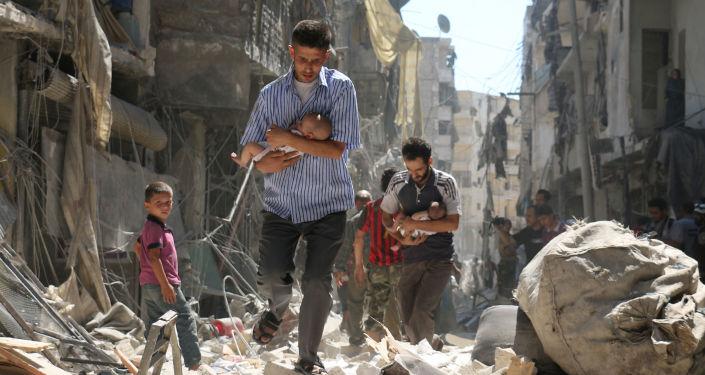 Foto da série Resgatados dos Escombros, do fotógrafo Ameer Alhalbi, na qual cidadãos sírios carregam crianças, passando por destroços dos prédios desmoronados na sequência de um ataque aéreo em Aleppo
