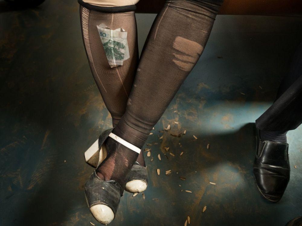 Foto de Mattieu Paley, que ficou em 3º lugar na categoria Vida Cotidiana, mostra uma mulher que guarda dinheiro em sua meia-calça, o que é uma prática comum para as mulheres da minoria Uigur, que habita principalmente o noroeste da China, que, apesar de serem muçulmanas, não aderem ao código de vestuário conservador