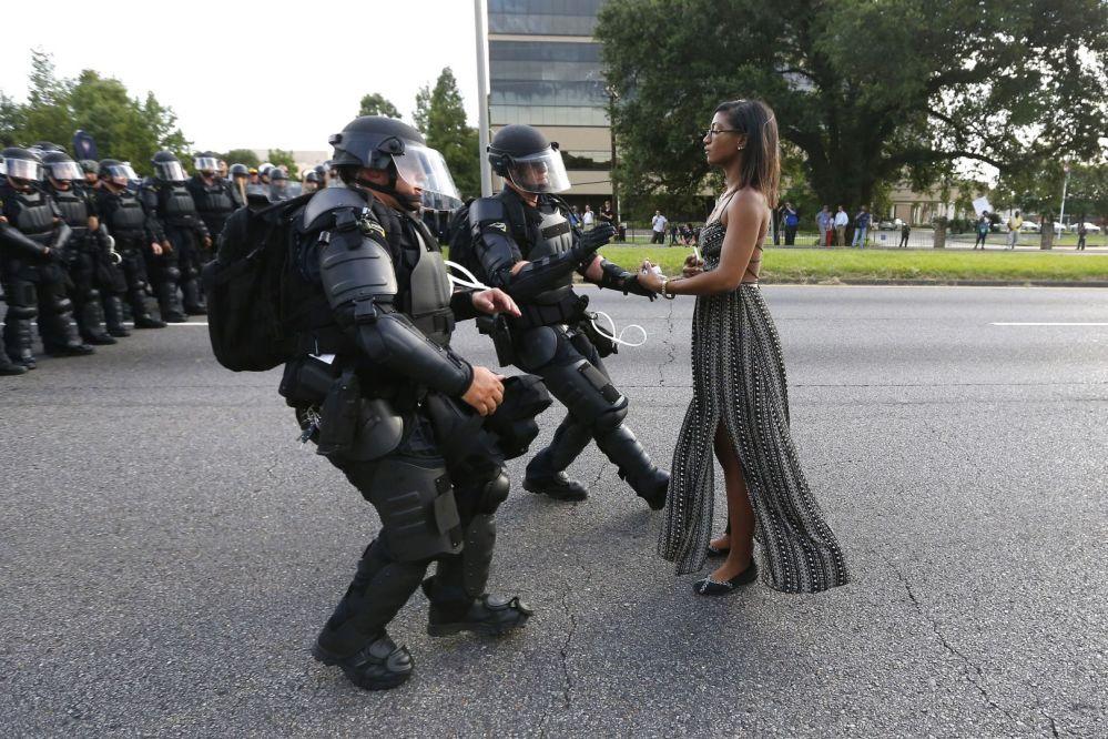 Foto Tomando Postura em Baton Rouge de Jonathan Bachman, que venceu o 1º lugar na categoria Temas Contemporâneos, retrata Ieshia Evans, ativista solitária que chegou à Louisiana para participar do protesto contra a violência policial